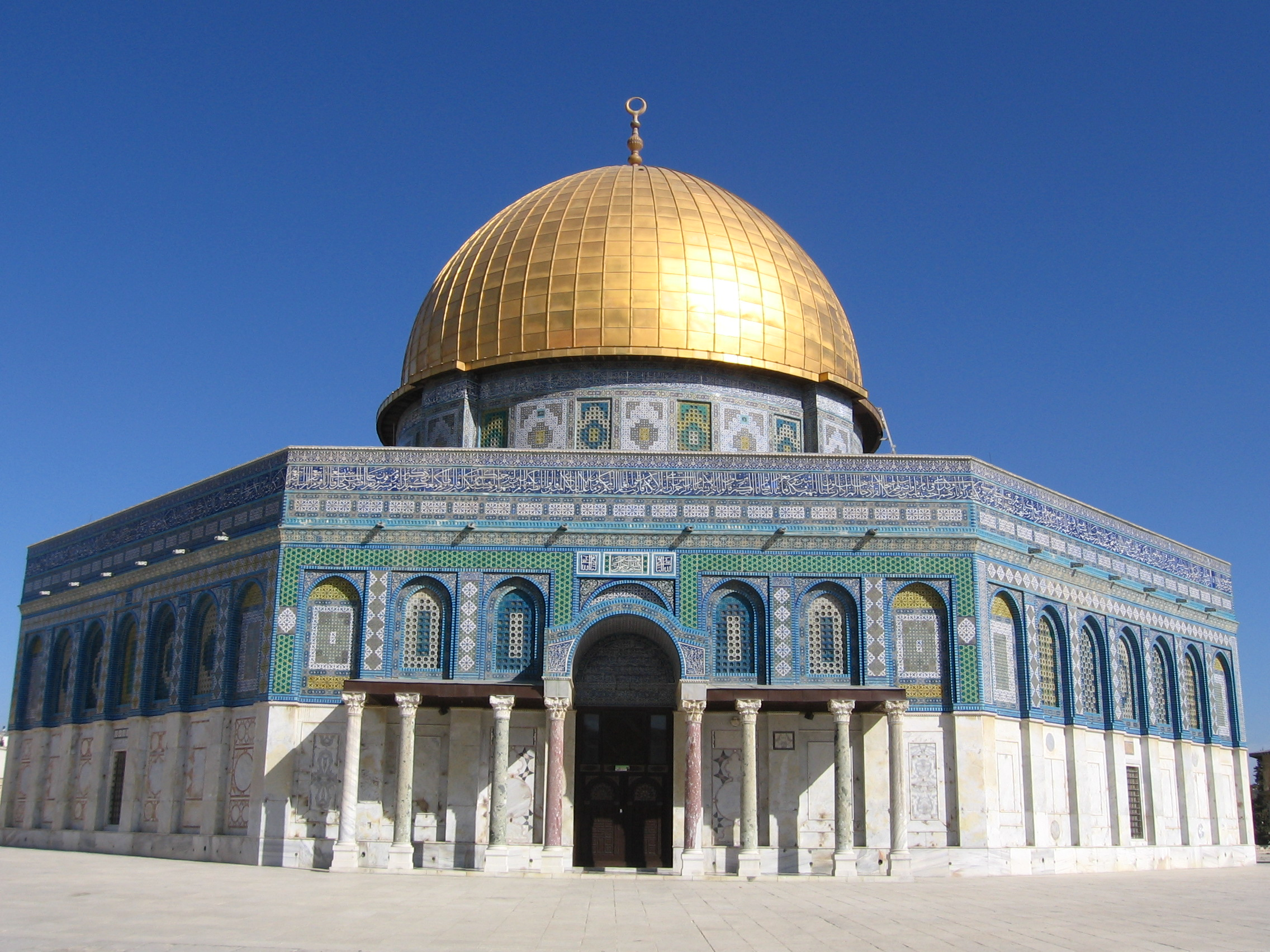 dome of the rock The dome of the rock is situated in the center of the temple mount, the site of the temple of solomon and the jewish second temple, which had been greatly expanded under herod the great in the 1st century bce.